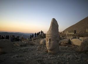 Красочный закат на горе Немрут в Турции