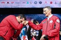 رئيس مجلس إدارة تكنوفيست سلجوق بيرقدار يقبل يد العالم عزيز سنجار أثناء زيارته مهرجان تكنوفيست وكالة الأناضول للأنباء