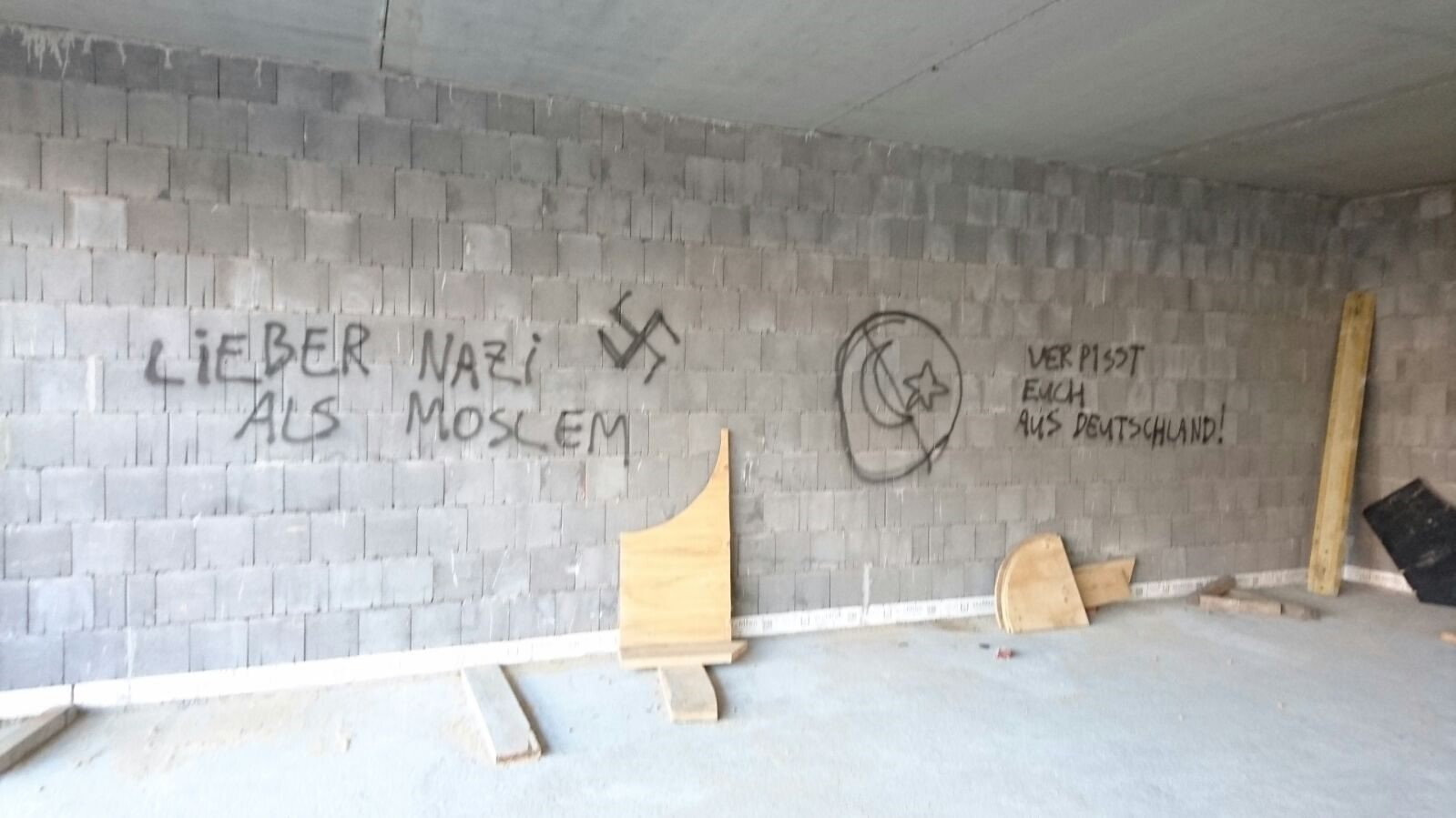 Unidentified attackers draw Nazi symbols on the walls of the Ulu Camii mosque that is under construction in Germanyu2019s Hamm. (AA Photo)