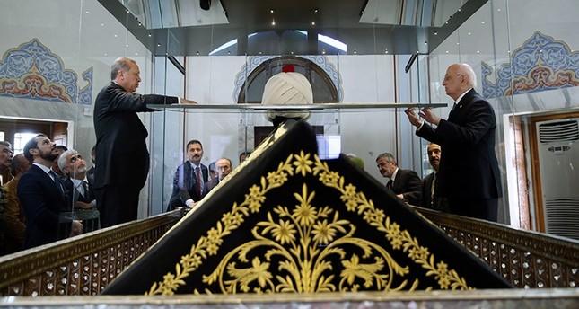 أردوغان ورئيس البرلمان إسماعيل قهرمان يزيحان الغطاء عن قفطان السلطان سليم الأول بعد عودته لمكان الأصلي لأول مرة منذ عام 2005