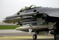 صواريخ أيم 120 محملة على طائرة حربية أمريكية أف 16 - AP