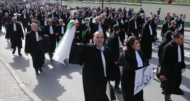 محامو الجزائر يخرجون في مسيرة حاشدة ضد تمديد حكم بوتفليقة