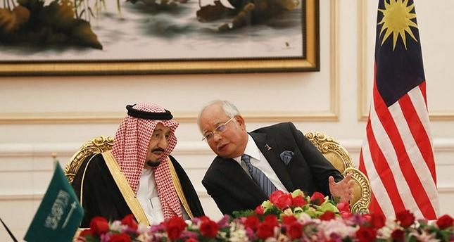 الملك سلمان ورئيس الوزراء الماليزي نجيب رزاق أثناء زيارة العاهل السعودي (اسوشيتد برس)