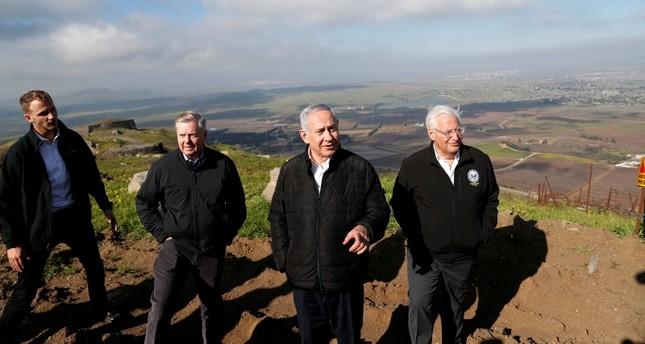 السيناتور الأمريكي ليندسي غراهام مع رئيس الوزراء الإسرائيلي بنيامين نتنياهو والسفير الأمريكي في إسرائيل ديفيد فريدمان في هضبة الجولان المحتلة (الفرنسية)