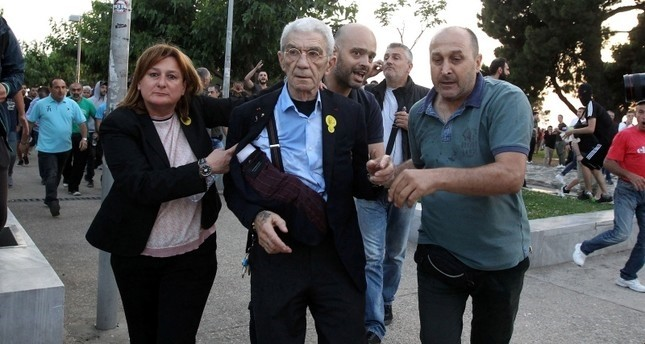 قوميون متطرفون يعتدون على رئيس بلدية يونانية لوصفه أتاتورك بـالقائد العظيم