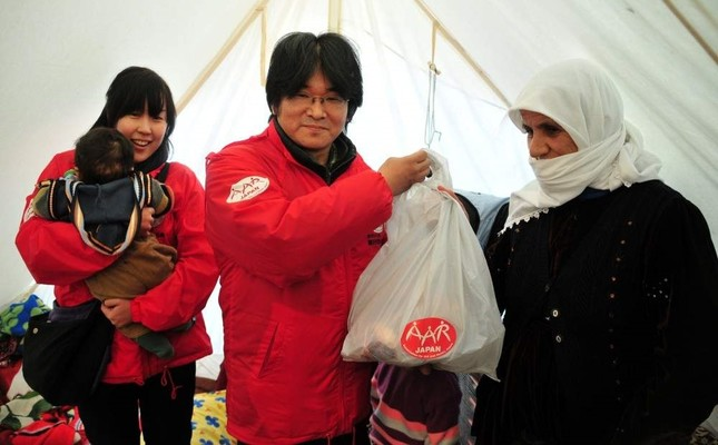 Atsushi Miyazaki delivers a food package to a family in quake-hit Van, Nov. 6, 2011. (AA Photo)