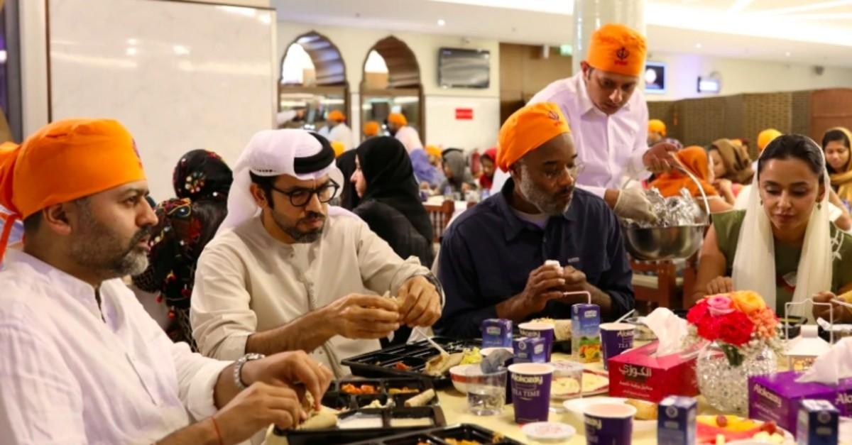 Vistors gather to break their fast at the GuruNanak Darbar Sikh temple, during the Muslim holy month of Ramadan in Dubai, United Arab Emirates (Reuters Photo)