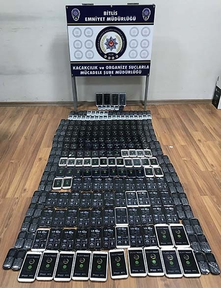 Police have seized 258 smartphones from two suspects in Turkey's Bitlis province. (AA Photo)