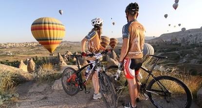 pFahrradliebhaber und örtliche Beamte bereiten sich nun auf eine riesige Radsportveranstaltung in der zentralanatolischen Stadt Kappadokien vor./p  pKappadokien befindet sich zugleich auf der...