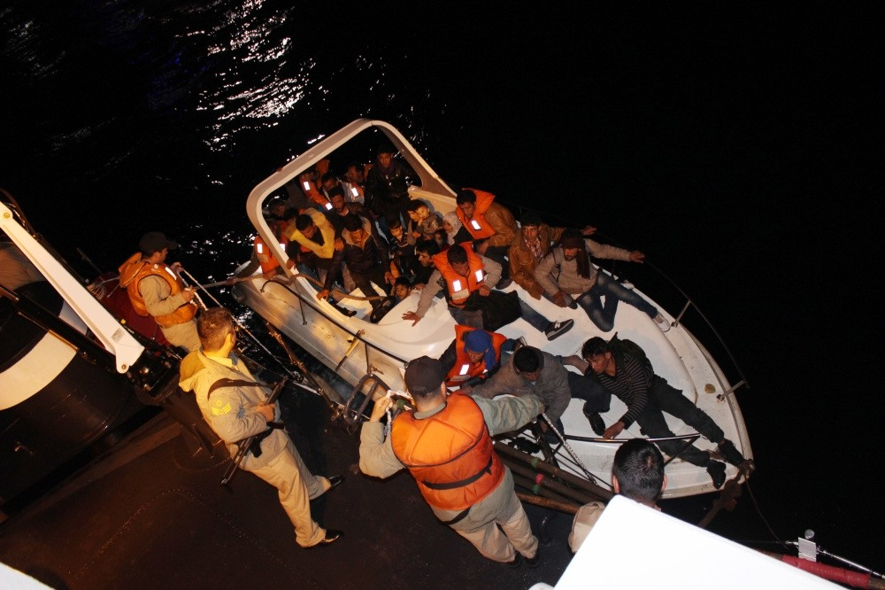 The Coast Guard pulls a group of illegal immigrants from the speedboat they boarded in the southern city of Antalya on April 7. (AA Photo)