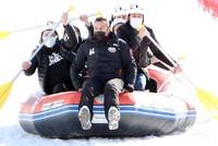 فرقة رياضية تركية تقدم عرض تزلج على الثلج بالقوارب