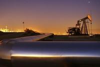 النفط يكسر حاجز 70 دولاراً كأعلى سعر له في ثلاث سنوات