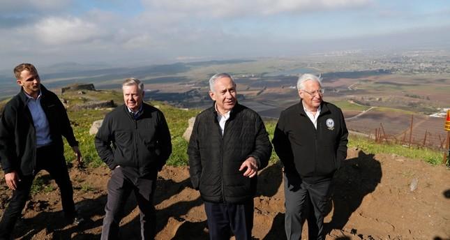 السيناتور الأمريكي ليندسي غراهام مع رئيس الوزراء الإسرائيلي بنيامين نتنياهو والسفير الأمريكي في إسرائيل ديفيد فريدمان في هضبة الجولان المحتلة الفرنسية