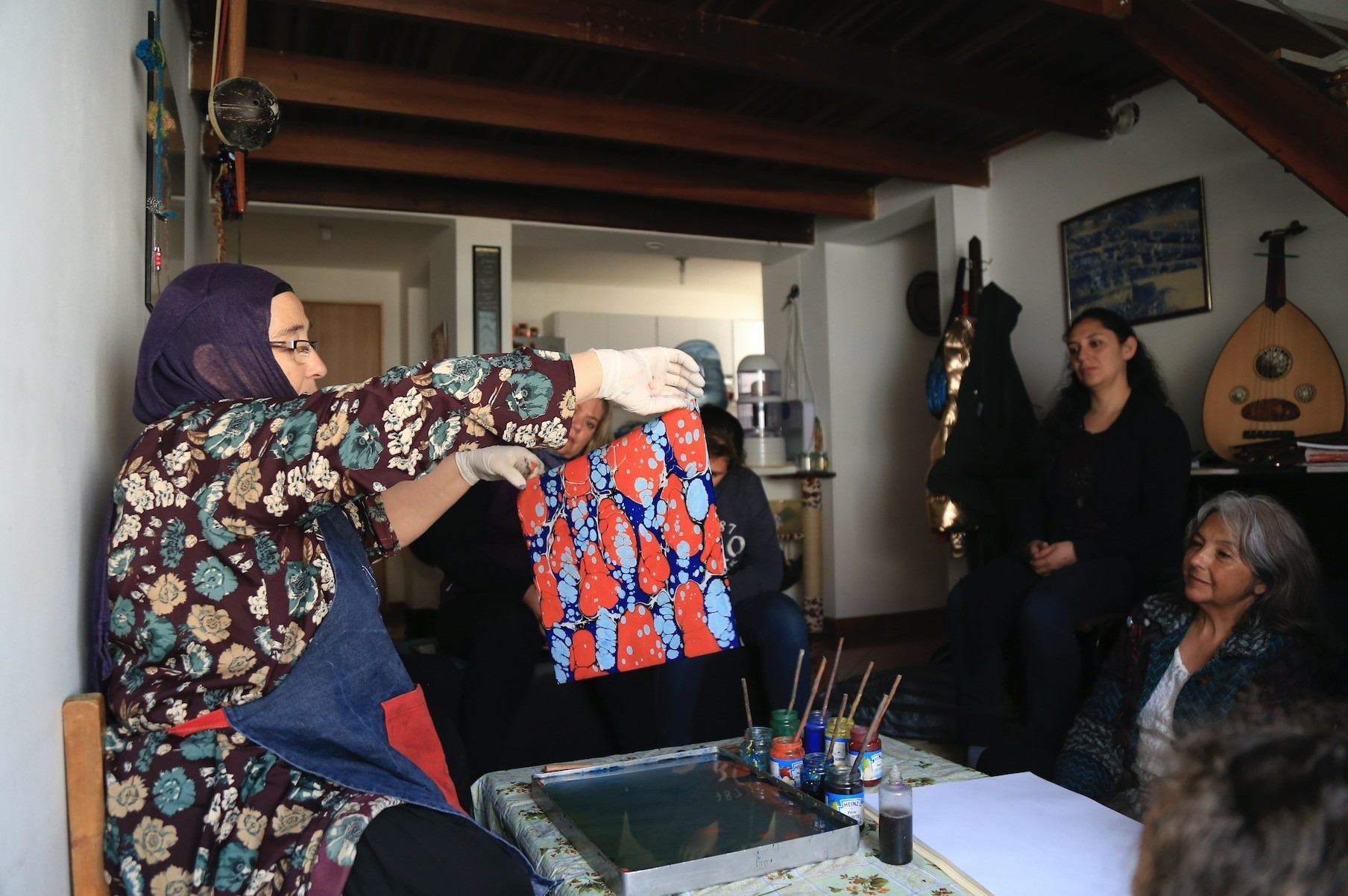 Quiolla works mostly with women in Latin American countries and organizes therapy sessions with Turkish music.