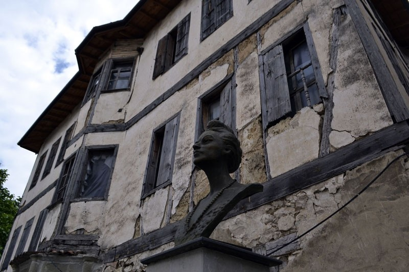Leyla Gencer's bust in front of an old building in her hometown, Yu00f6ru00fck Village. (AA Photo)