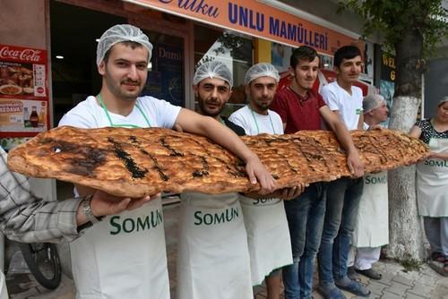 """خباز تركي يصنع خبز رمضان"""" التقليدي بطول 3.9 أمتار"""
