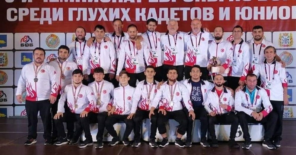 Wrestlers and trainers pose on the final day of the tournament, Gomel, Nov. 3, 2019. (DHA Photo)