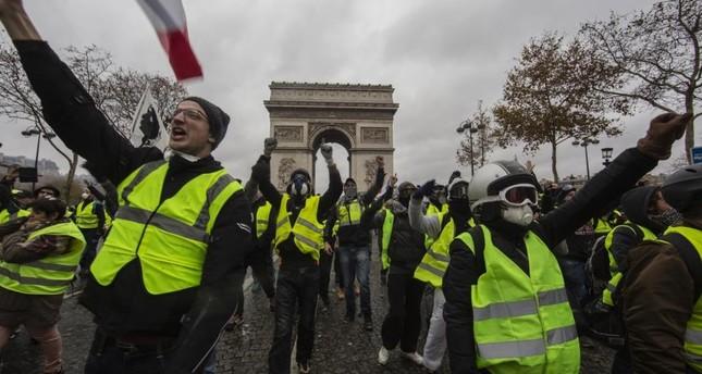 محتجو السترات الصفراء يتظاهرون في العاصمة الفرنسية باريس رفضا لسوء الأوضاع الاجتماعية