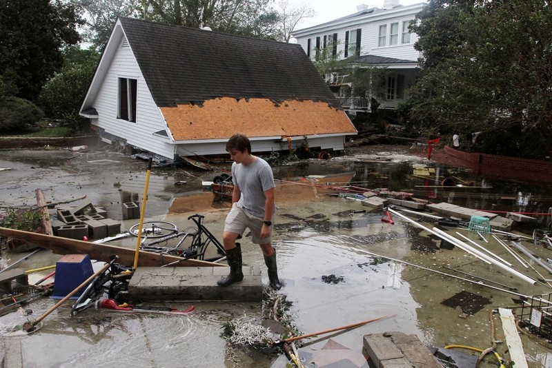 Resident Joseph Eudi looks at flood debris and storm damage from Hurricane Florence at a home on East Front Street in New Bern, N.C., Saturday, Sept. 15, 2018. (AFP Photo)