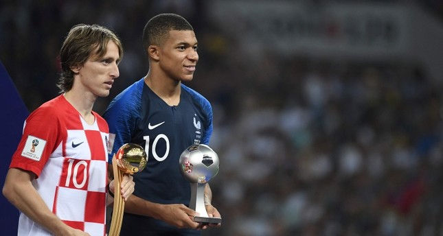 Croatia's midfielder Luka Modric (L) poses with the Golden Ball, next to France's forward Kylian Mbappe, who in turn carries the Best Young Player Award after the Russia 2018 World Cup final football match on July 15, 2018. (AFP Photo)