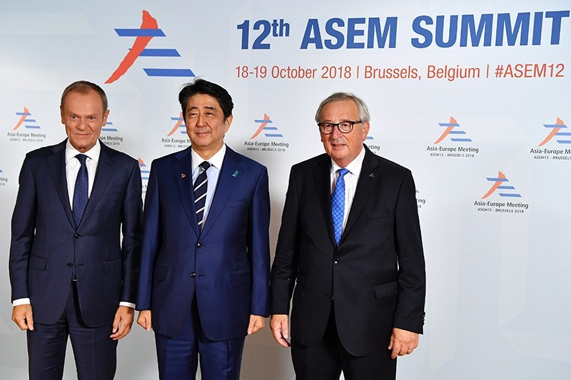 Japanese Prime Minister Shinzo Abe (C) is welcomed by European Union Council President Donald Tusk (L) and European Commission President Jean-Claude Juncker (R) at the 12th Asem, Asia-Europe Meeting in Brussels, Belgium, Oct. 18, 2018. (EPA Photo)