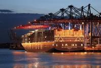 |Frachtschiff am Hamburger Hafen: Starker Außenhandel (AP)