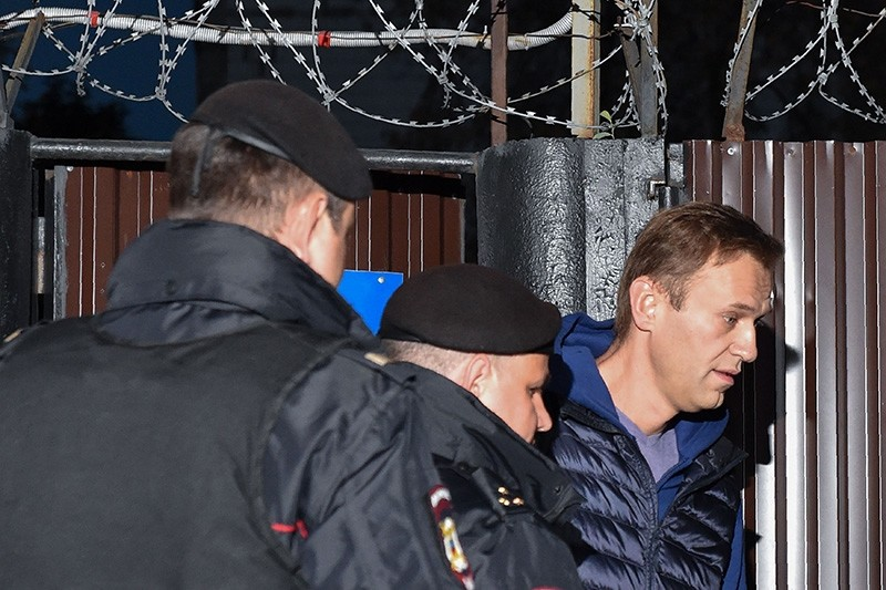 Russian police officers detain opposition leader Alexei Navalny outside the detention centre in Moscow on Sept. 24, 2018. (AFP Photo)