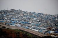 مخيمات اللاجئين السوريين هرباً من قصف النظام على الحدود التركية رويترز