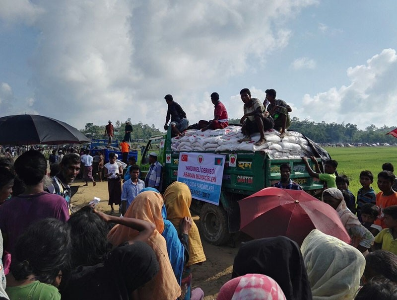 Rohingya refugees wait next to a truck carrying food aid provided by the Turkish Yardu0131meli aid agency, at the Tamfali refugee camp, in Bangladesh, Sept. 22, 2017. (AA Agency)