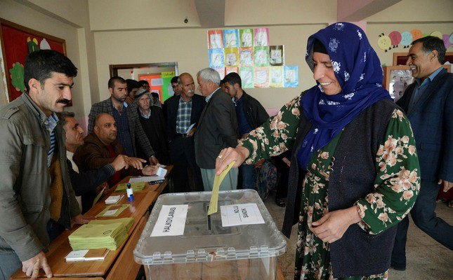 A woman casts her ballot during the referendum April 16, 2017 in Diyarbakır. (AFP Photo)
