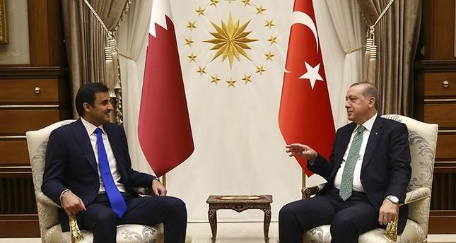 President Recep Tayyip Erdoğan (right), talks with Qatar's Emir Sheikh Tamim bin Hamad Al Thani (left) prior to their meeting at the Presidential Complex in Ankara, Turkey, Thursday, Sept. 14, 2017 (AP Photo)