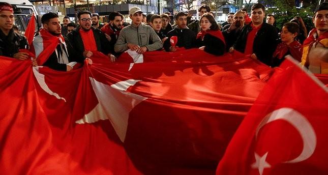 مجموعة من الأتراك في برلين يحتفلون بعد ظهور النتائج الأولية للاستفتاء (رويترز)