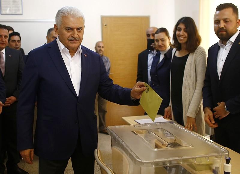 Prime Minister Binali Yu0131ldu0131ru0131m casts his ballot in Turkey's u0130zmir province April 16, 2017 (Reuters Photo)