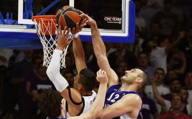 Real Madrid's Gustavo Ayon (C) in action against Efes players Nenad Kristic (R) ve Cedi Osman (L) in the Euroleague playoff match in Madrid, last week.