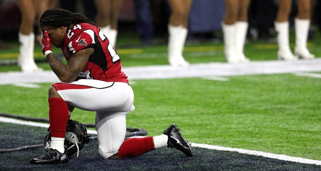 Devonta Freeman #24 of the Atlanta Falcons kneels prior to Super Bowl 51 against the New England Patriots at NRG Stadium on February 5, 2017 in Houston, Texas. (AFP Photo)