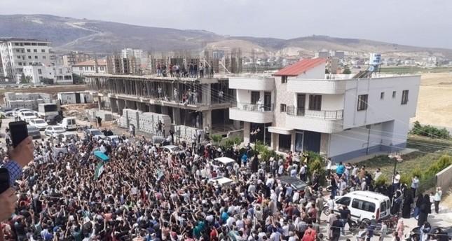 السوريون يشيعون الساروت إلى مثواه الأخير في مدينة الريحانية جنوب تركيا