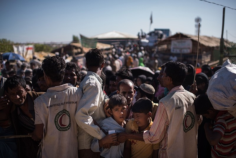 Rohingya Muslim refugees children queue for aid suplies at the Kutupalong refugee camp in Cox's Bazar (AFP Photo)