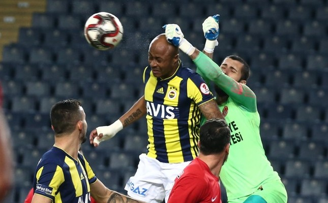 Fenerbahçe forward Andre Ayew takes on Ümraniyespor players in the Ziraat Turkey Cup game on Jan. 24, 2019.