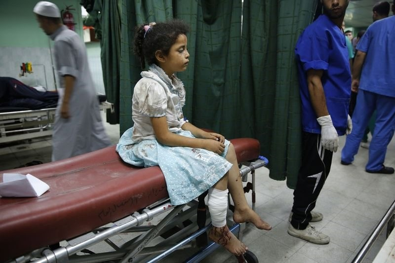 A Palestinian girl who medics said was injured by Israeli shelling during an Israeli ground offensive, sits on a bed at a hospital in Beit Lahita in the Gaza Strip July 30, 2014. (REUTERS Photo)