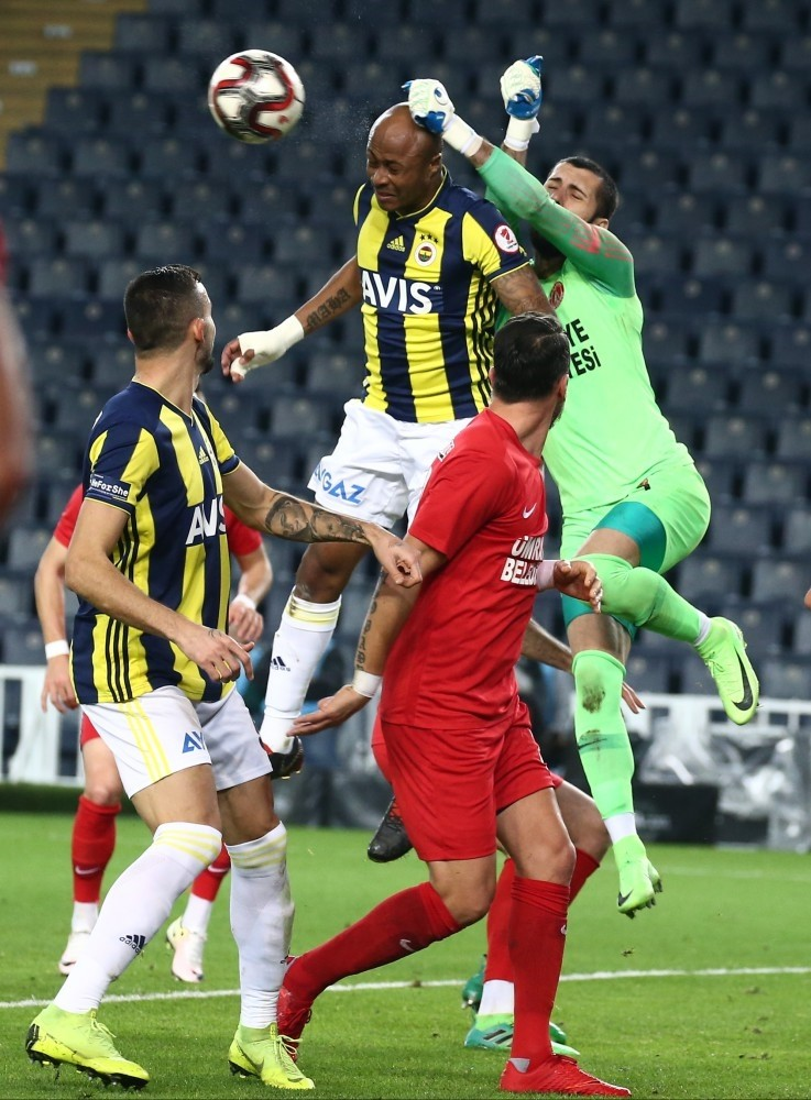 Fenerbahu00e7e forward Andre Ayew takes on u00dcmraniyespor players in the Ziraat Turkey Cup game on Jan. 24, 2019.