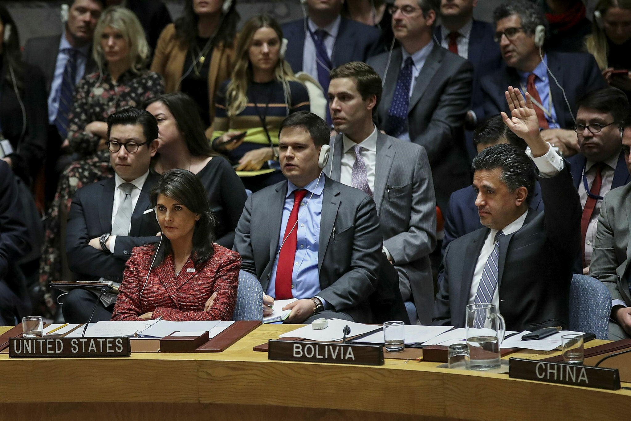 US envoy to the UN Nikki Haley votes no while her Bolivian counterpart Sacha Sergio Llorenty Soliz votes yes on a Russian draft resolution to create a new inquiry to find blame for the chemical weapons attack last week in Douma, Syria (AFP Photo)