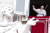 بابا الفاتيكان مطلاً من شباك مكتبه في روما (EPA)