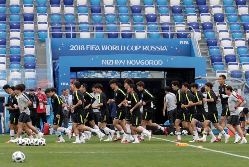 South Korea's national soccer team players run during South Korea's official training in the Nizhny Novgorod stadium in Nizhny Novgorod, Russia, Sunday, June 17, 2018. (AP Photo)