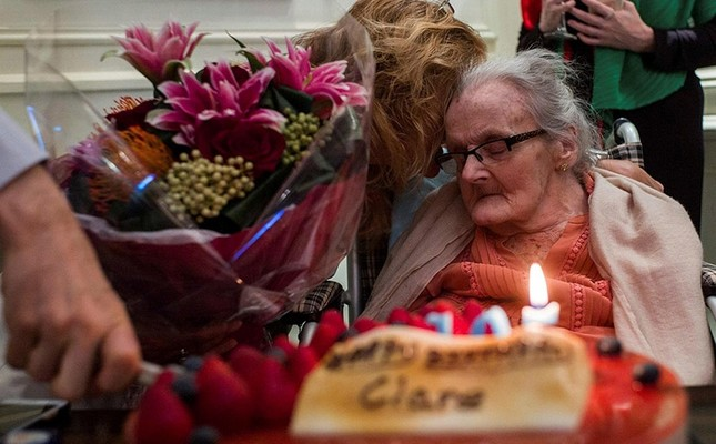 This file photo taken on October 10, 2016 shows veteran British war correspondent Clare Hollingworth (R) attending a celebration to mark her 105th birthday at the Foreign Correspondent's Club (FCC) in Hong Kong. (AFP Photo)