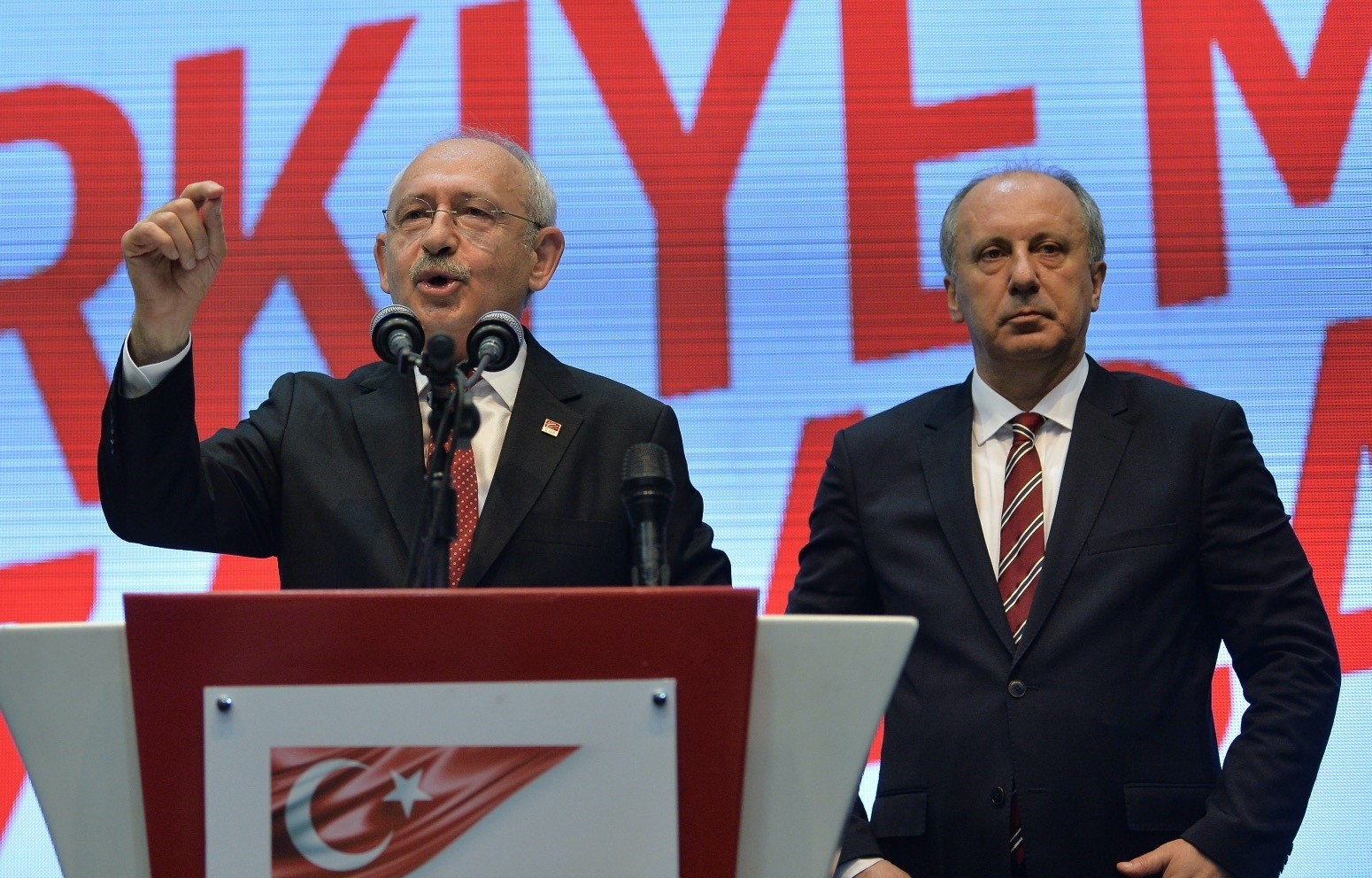 Kemal Ku0131lu0131u00e7darou011flu (L), announcing u0130nceu2019s name as CHP presidential candidate in early May. u0130nce received 30 percent of the votes in the presidential elections, surpassing the voter support for the CHP led by Ku0131lu0131u00e7darou011flu by eight percentage.