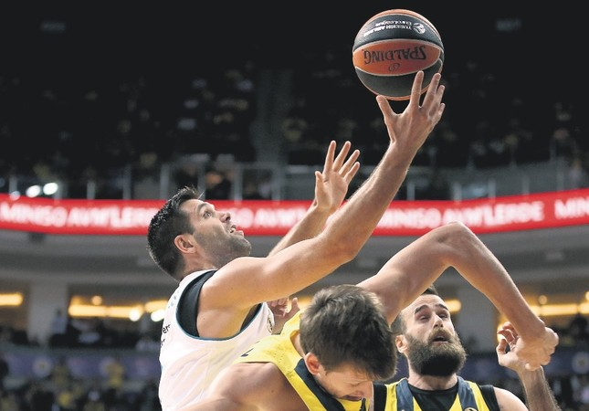 Jan Vesely (C) and Luigi Datome (R) of Fenerbahçe in action against Felipe Reyes (L) of Real Madrid during the Euroleague basketball match in Istanbul, last week.
