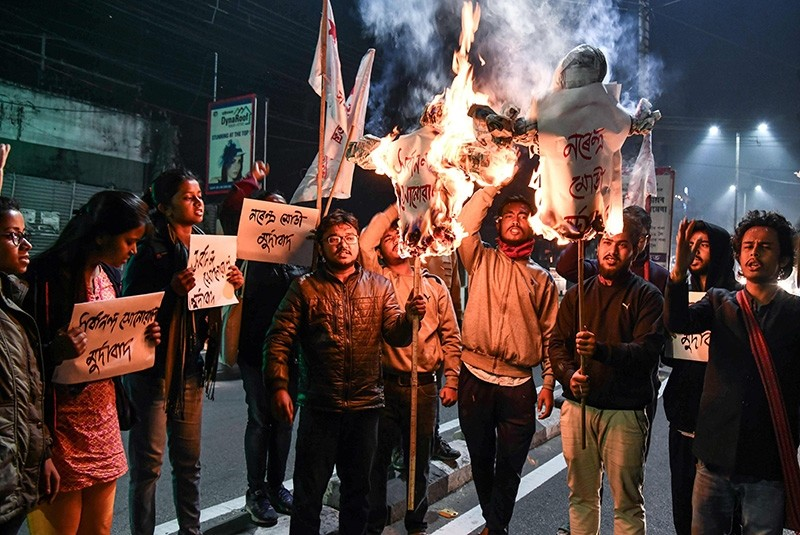 Activists of Students' Federation of India (SFI) burn the effigies of India's Prime Minister and Chief Minister of Assam in Guwahati on Jan.  8, 2019. (AFP Photo)