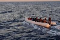 قارب يقل مهاجرين غير نظاميين قبالة السواحل التركية (من الأرشيف)