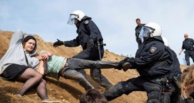 الشرطة الألمانية تعتدي على نشطاء يحتجون ضد إزالة الغابات بمدينة كولونيا