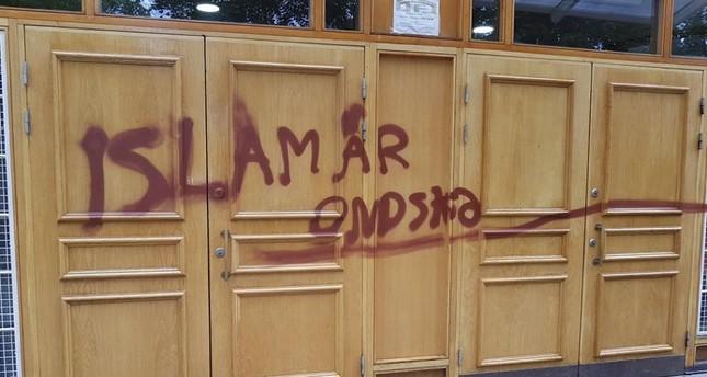 الإسلام دين الشر.. عبارة كتبت على بوابة أحد المساجد بستوكهولم